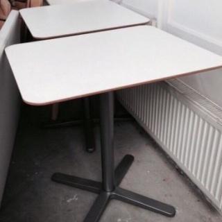 2 houten tafels met 14 houten stoelen - Houten stoelen om te eten ...